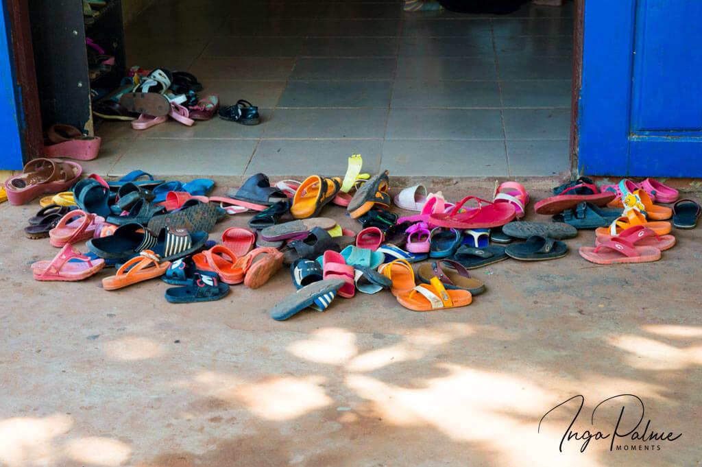 Sandalen vor der Schulklasse in einer Schule in Siem Reap