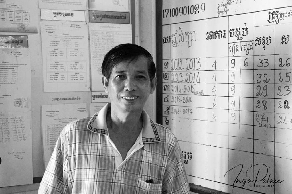 Lächelnder Schuldirektor an einer Schule in Siem Reap