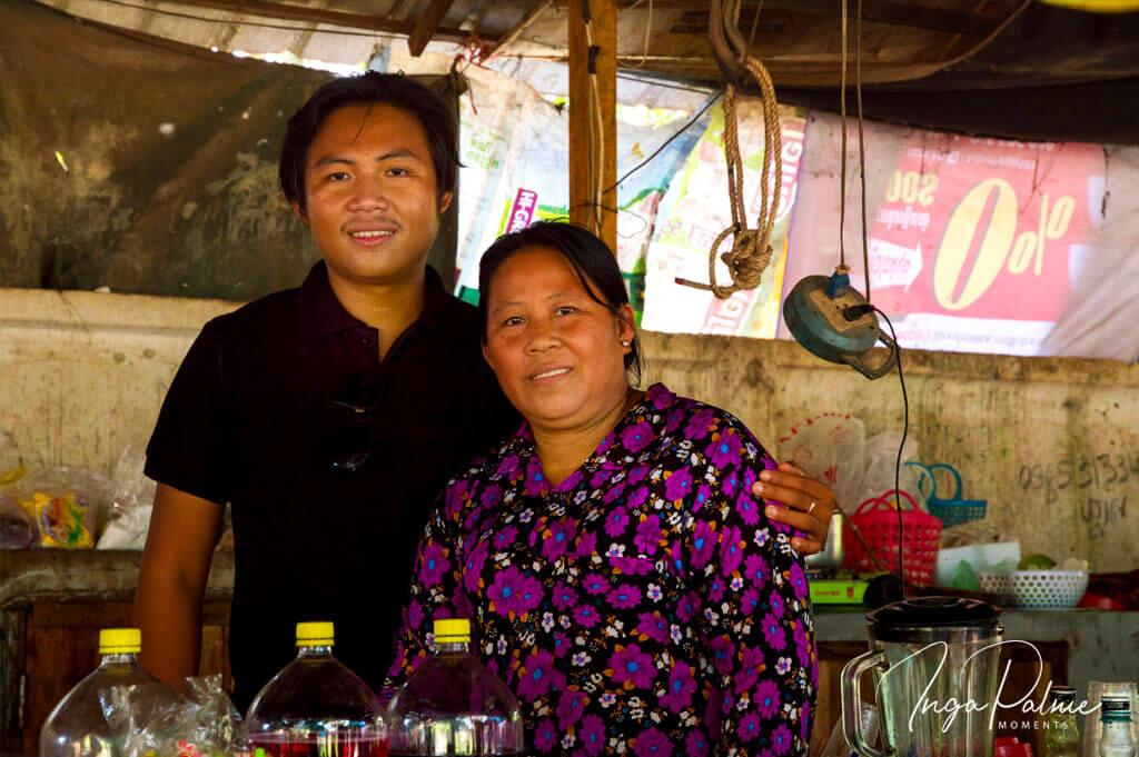 Mr. Sokha mit seiner Mama an ihrem kleinen Marktstand in einer Schule in Siem Reap