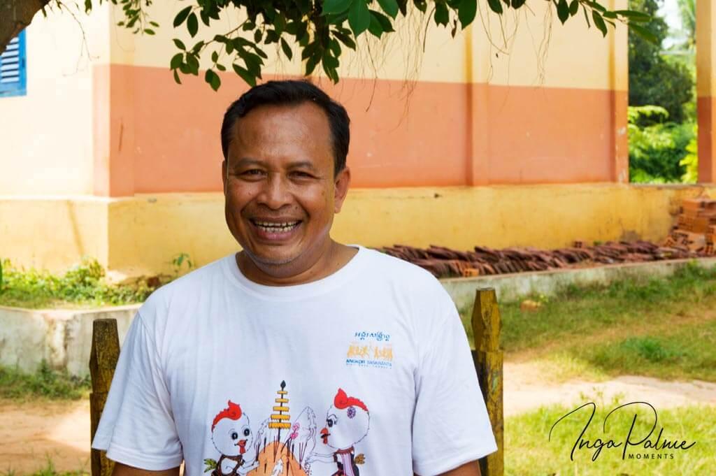 Lachender Hausmeister an einer Schule in Siem Reap