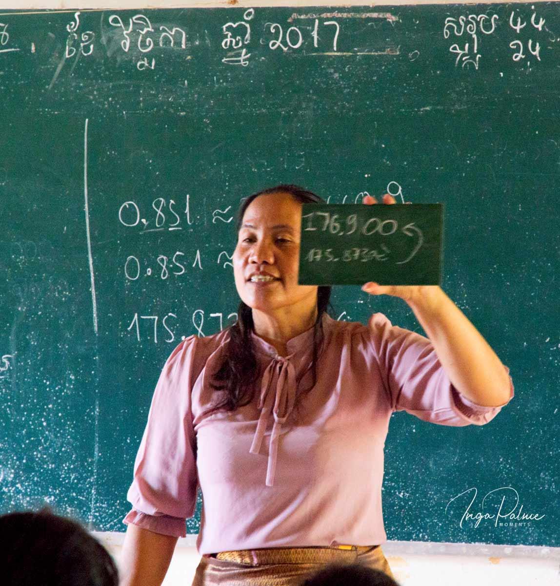 Die Mathematiklehrerin hält meine Tafel mit dem richtigen Ergebnis vor der Klasse hoch