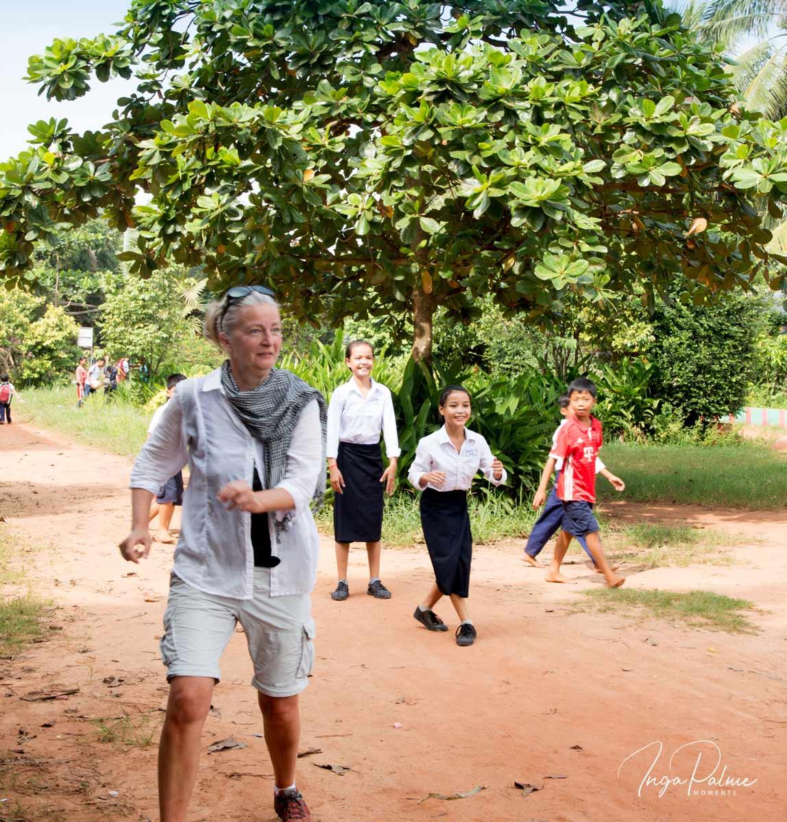 Ich spiele mit den Mädchen auf dem Schulhof an einer Schule in Siem Reap