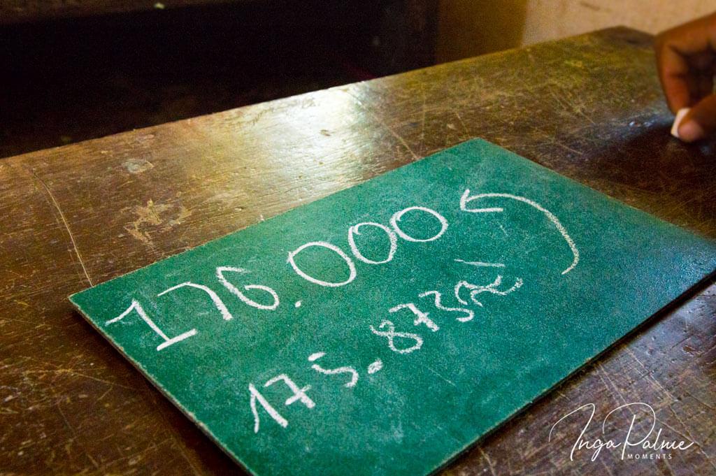 Tafel mit einem Rechenergebnis in einer Schule in Siem Reap