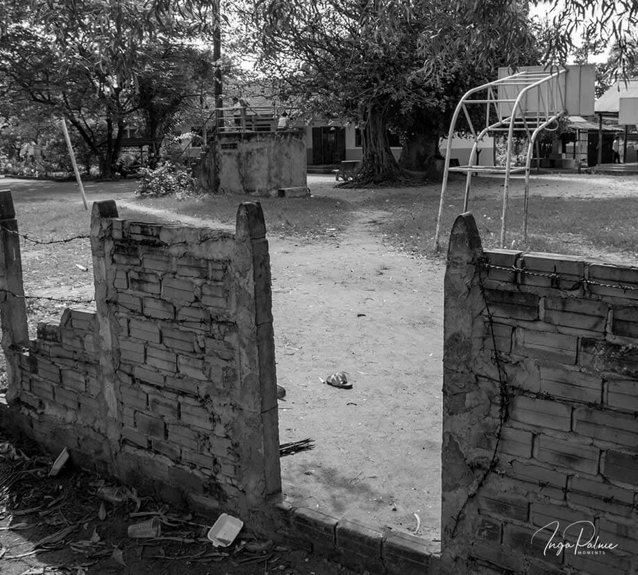 Eingang zu einer Schule - mit einer Mauer und Stacheldraht