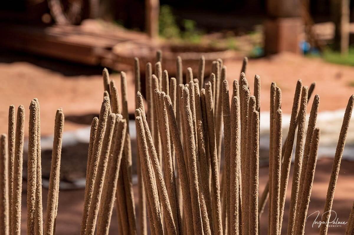Handgemachte Räucherstäbchen trocknen in der Sonne - Siem Reap