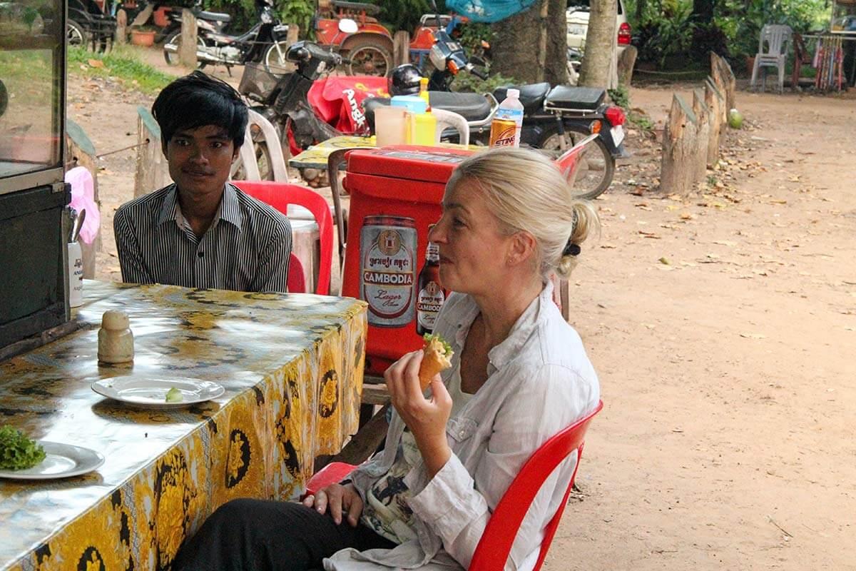Frühstück an einem Streetfoodrestaurant vor Angkor Wat, Inga