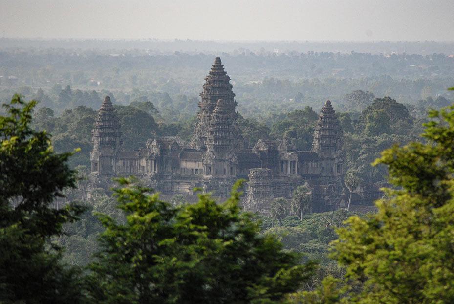 Phnom Bakheng mit Sicht auf Angkor Wat mit Tele-Objektiv