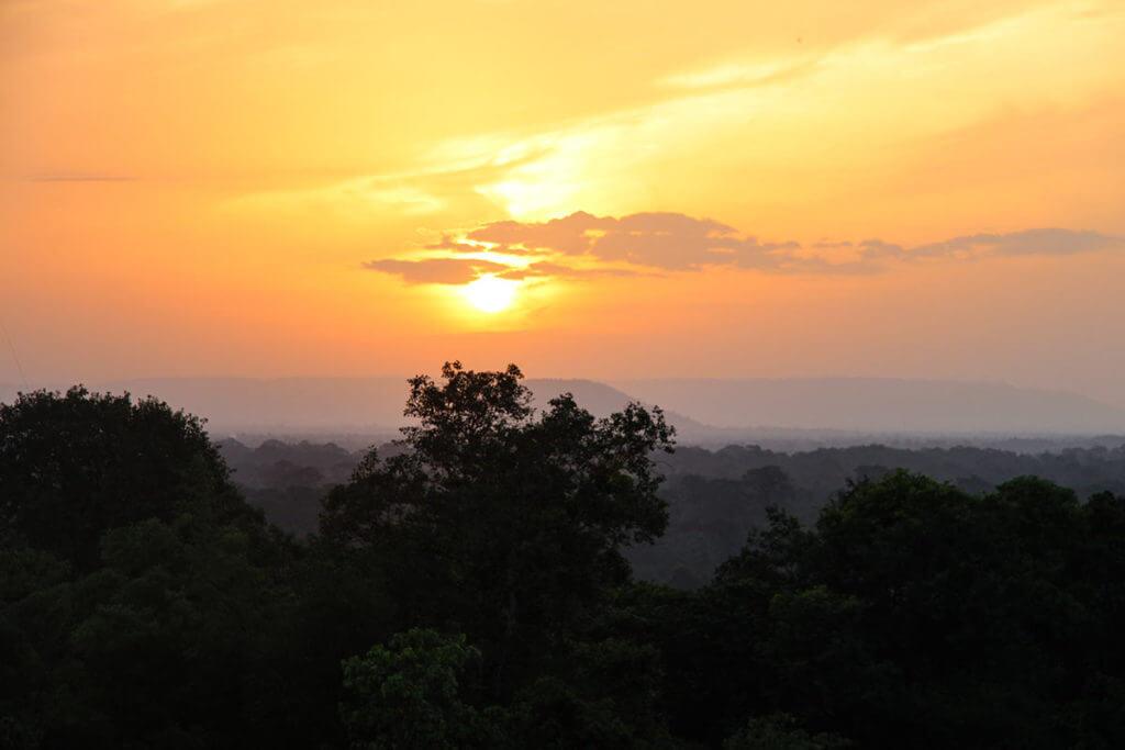 Sonnenaufgang am Phnom Bakheng mit Sicht zum Phnom Bok im Osten
