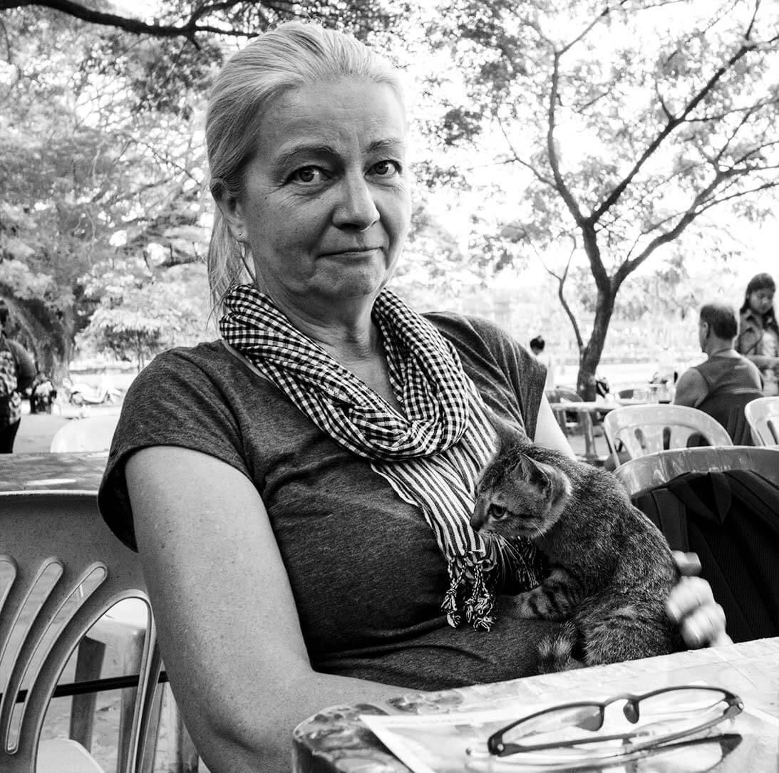 Inga mit Katze auf dem Schoß im Restaurant bei Angkor Wat
