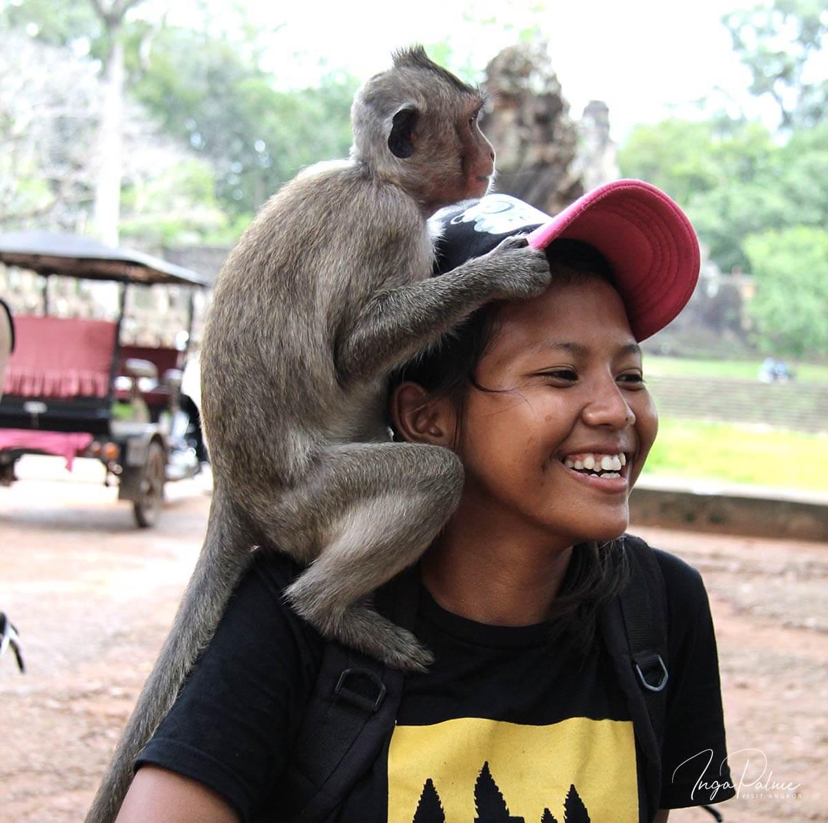 Borramey im Angkor Park mit einem Affen auf dem Kopf