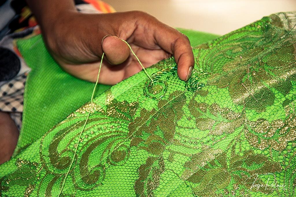 Schneiderin bei ihrer kunstvollen Handarbeit in Siem Reap