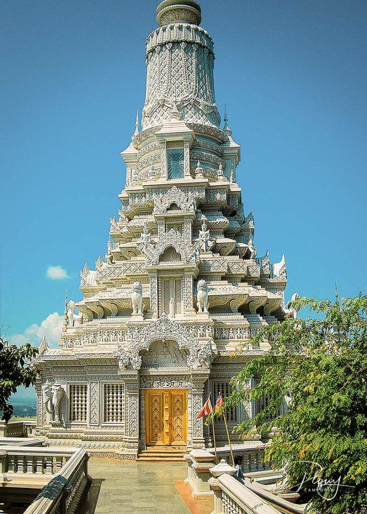 Udong: Weißer Stupa mit Reliquien von Buddha, besonderer Ort zu Meak Bochea
