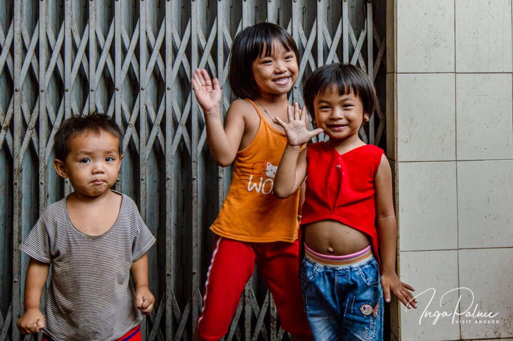 Kinder auf einem Markt in Kambodscha
