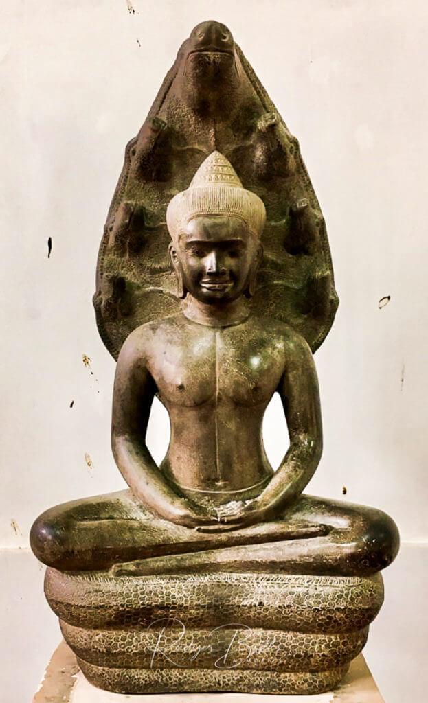 Auf einer Naga (Schlange) sitzende Buddha Statue - Buddha Geste