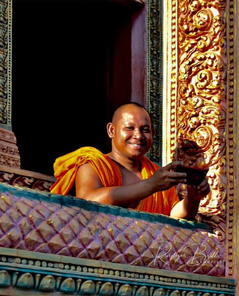 Mönche mit Handy, Chork Pagode Siem Reap