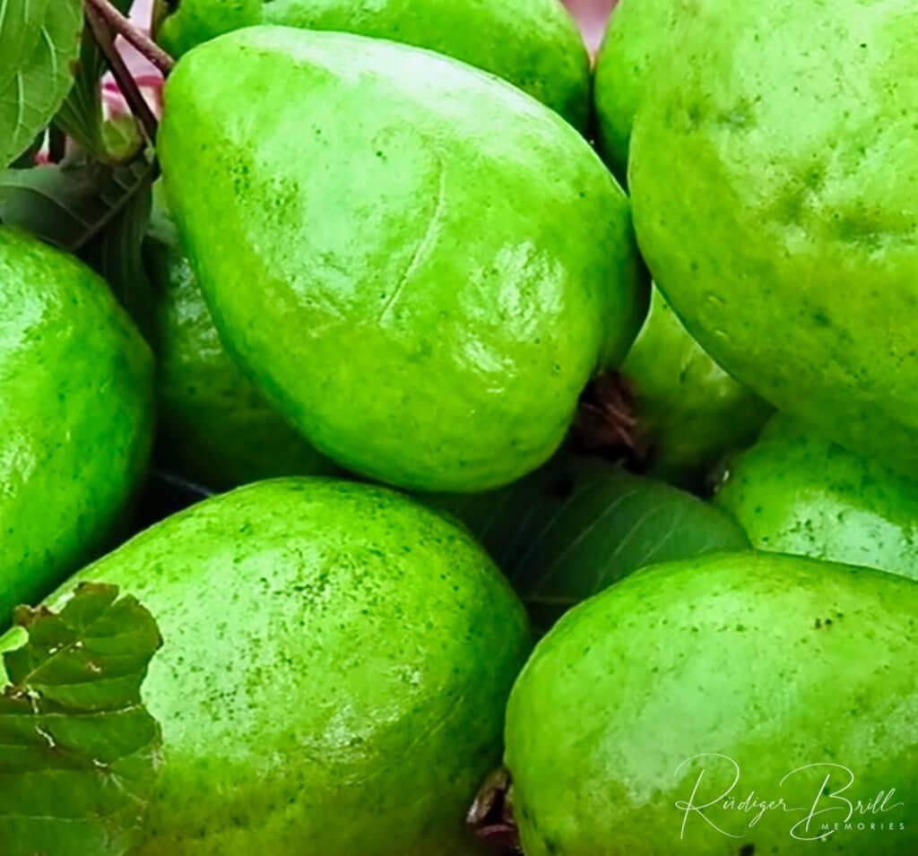 Grüne Ambarella, die übereinander liegen