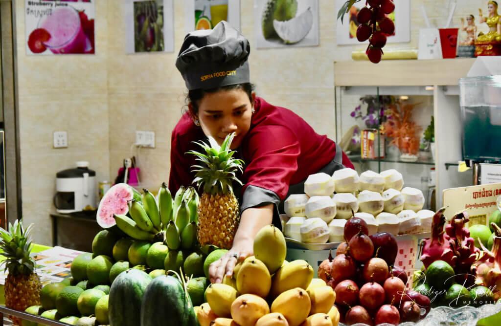 Verkäuferin an einem Obsstand in Phnom Penh