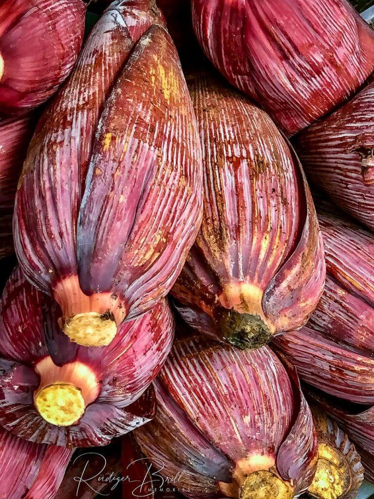 Rosafarbene Bananenblüten, die aufeinander liegen