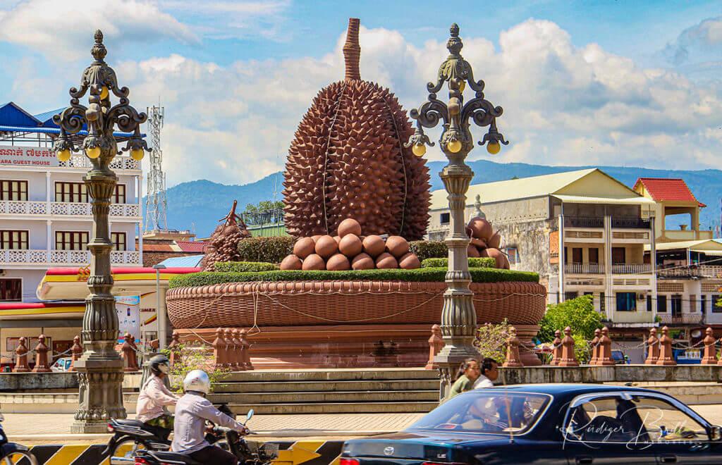 Durian Denkmal als Mitte von einem Kreisverkehr in der Stadt Kampot, Kambodscha.