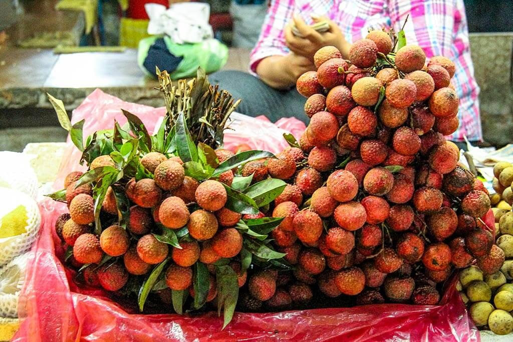 Bündel mit Lychee auf einem Marktstand in Kambodscha