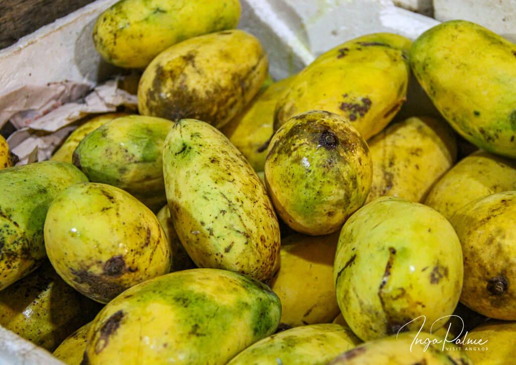 Gelbe Rispenmangos in einer Box