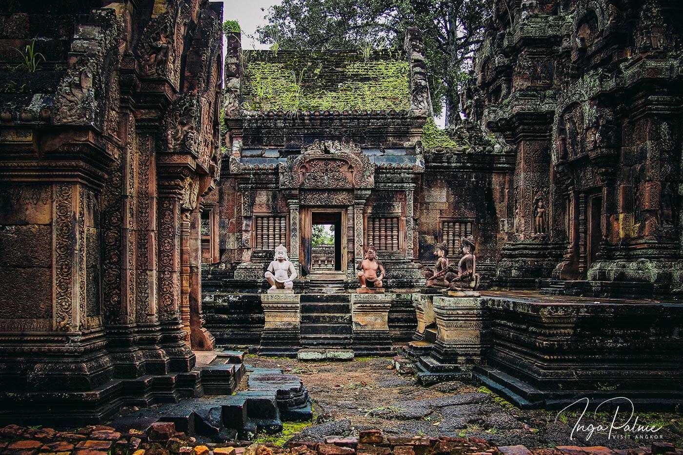 Markante Figuren zieren den Banteay Srei Tempel