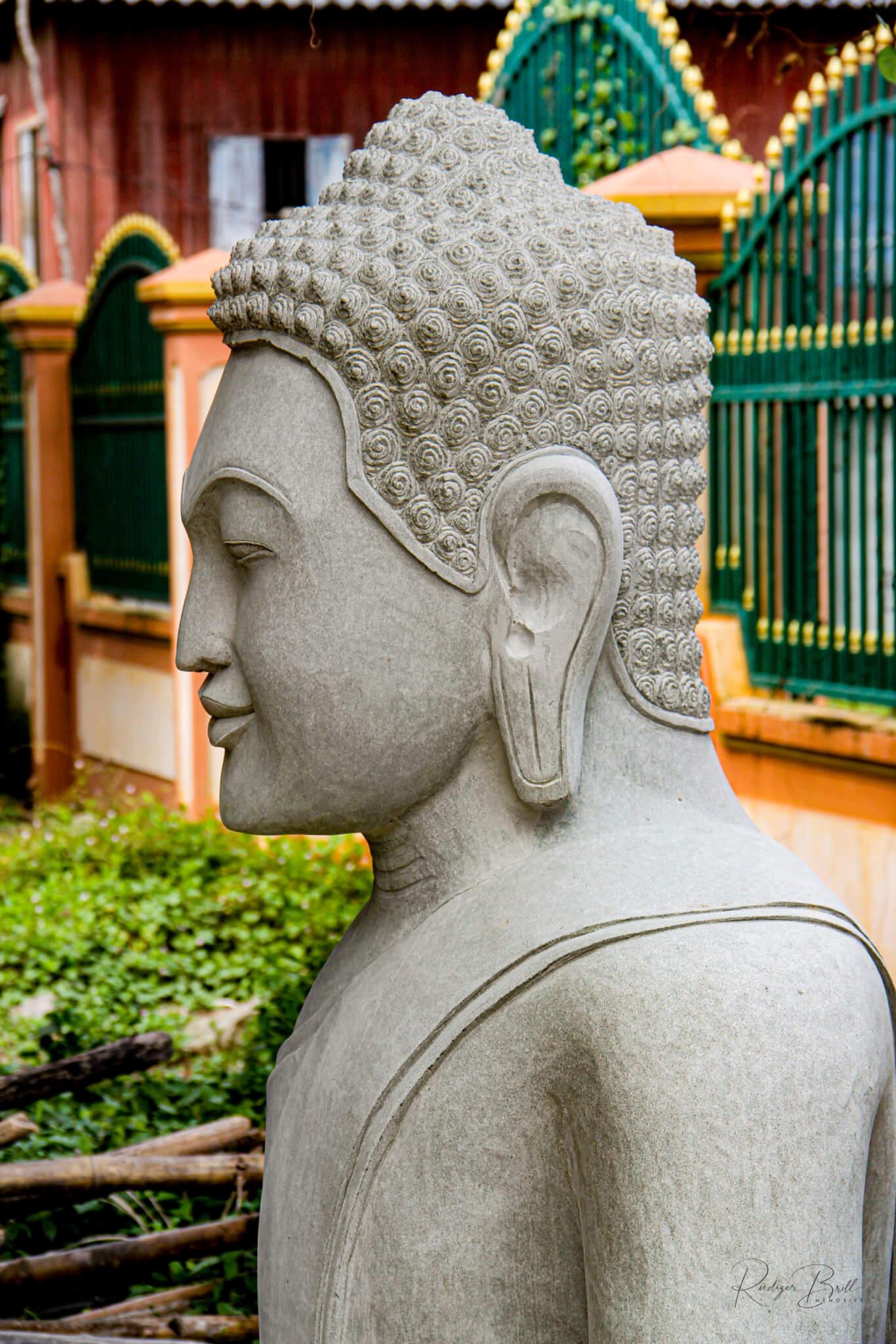 Ein in Stein gemeißelter Khmer-Krieger in einem Garten Meisterwerk eines Bildhauers in Kambodscha