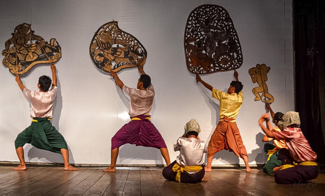 Tänzer und Ihre Bildtafeln im Schattentheater