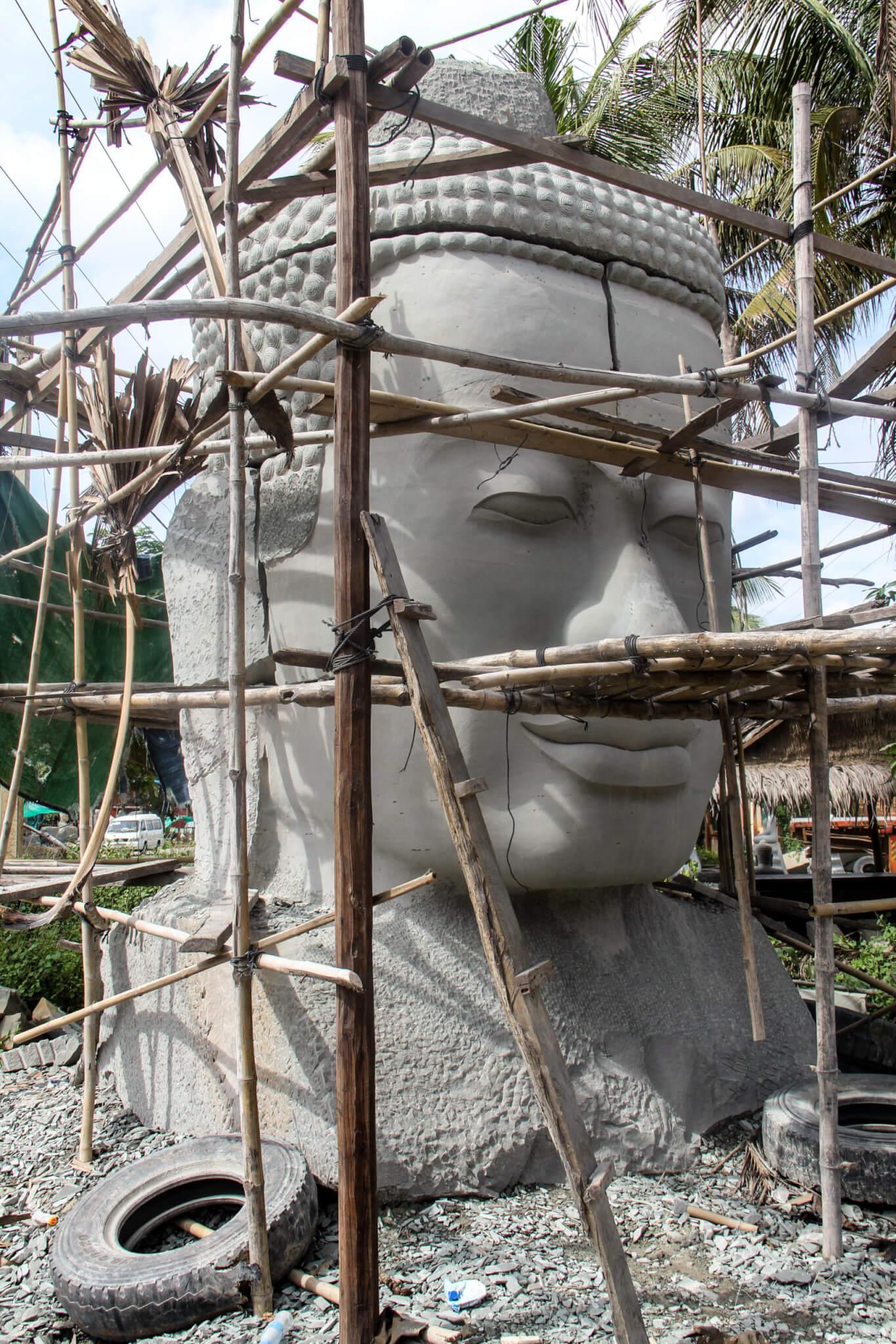 Bayon Kopf in der Werkstatt eines Bildhauers in Kambodscha, eingerüstet
