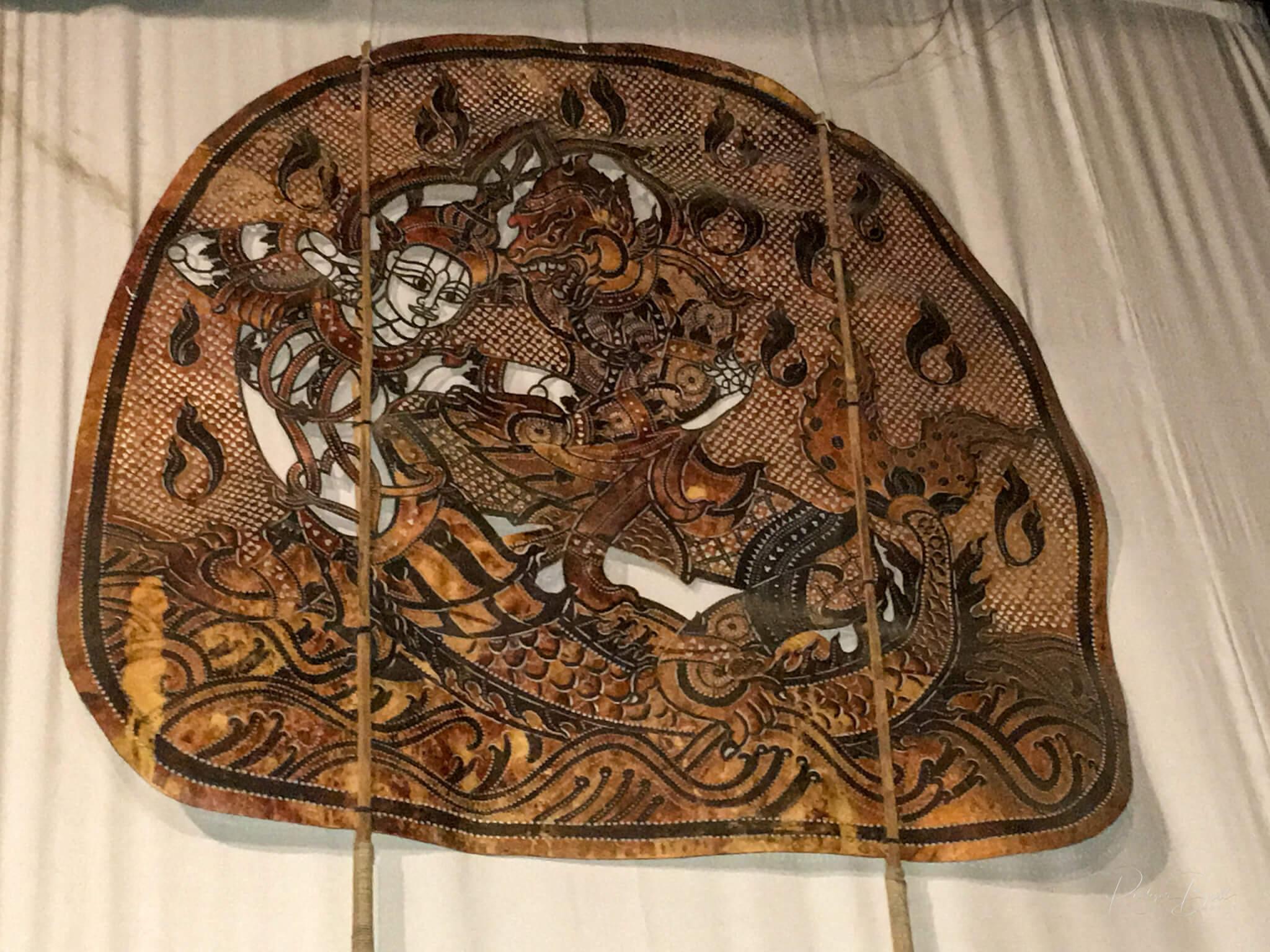Eine aus Leder gefertigte Bildtafel des kambodschanischen Schattentheaters
