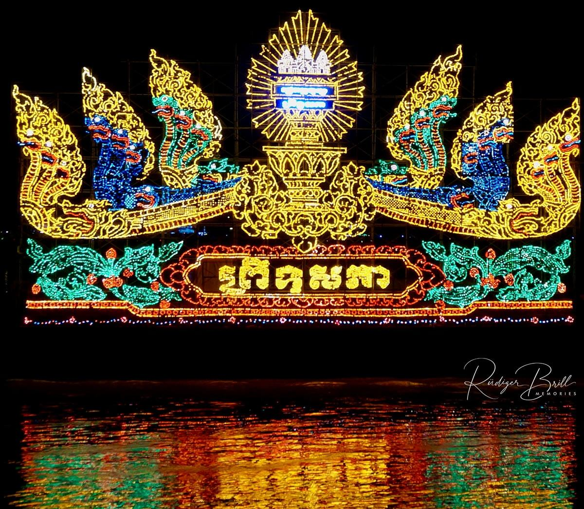 Bandet Bratib - große Schiffe mit teils riesigen Aufbauten zum Bon Om Touk und zahlreichen LED Lampen.