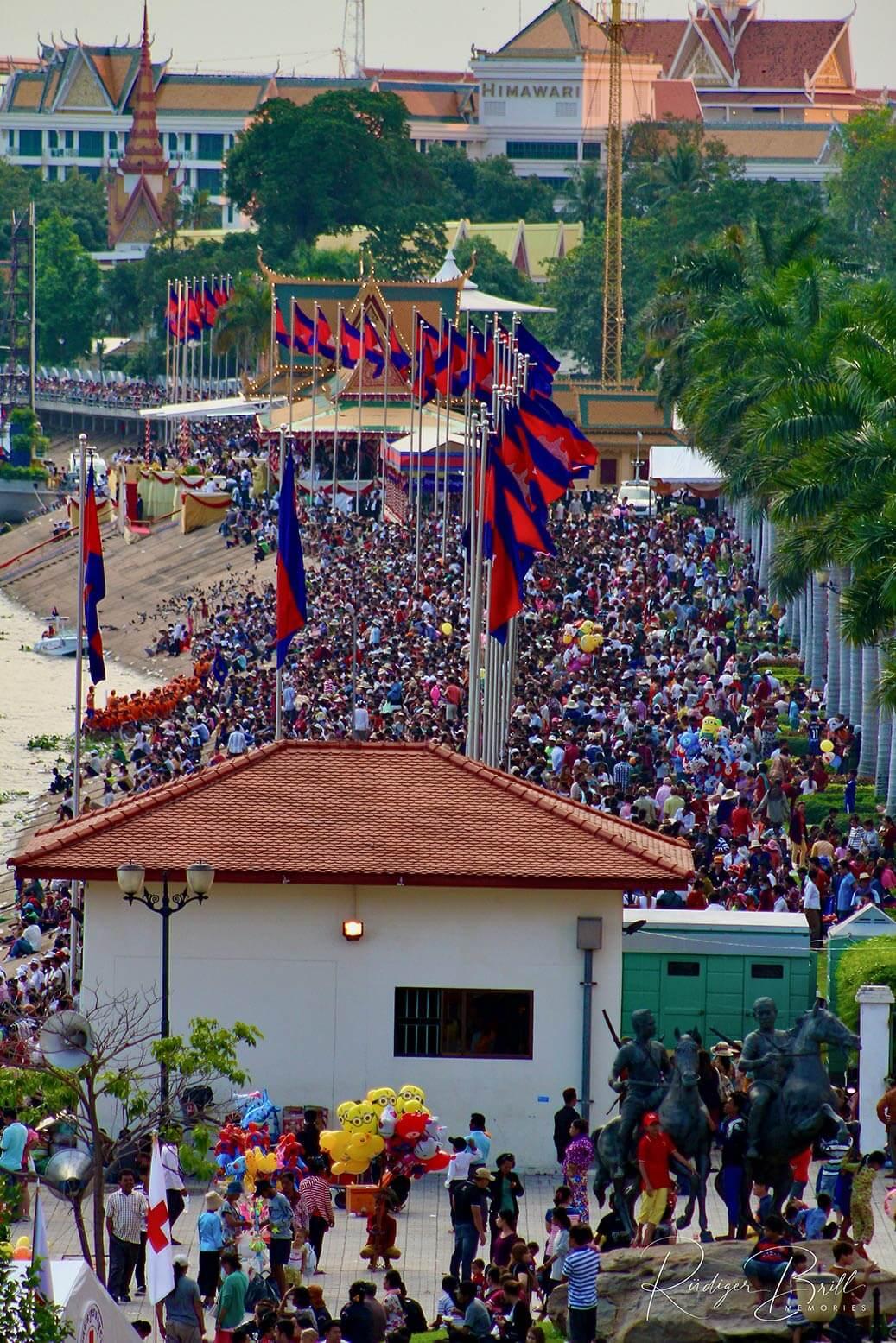 Menschenmassen beim Wasserfest Bon Om Touk in Phnom Penh