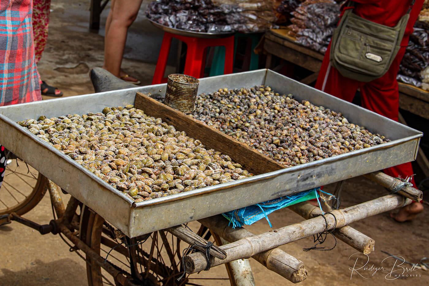 Muscheln mit Salz oder Chili - Streetfood in Kambodscha