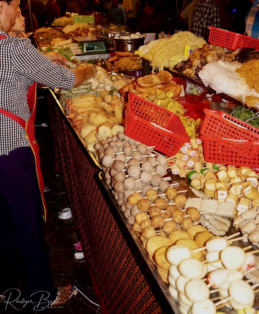 Streetfood im Nachtmarkt von Phnom Penh zum Wasserfestival Bon Om Touk.