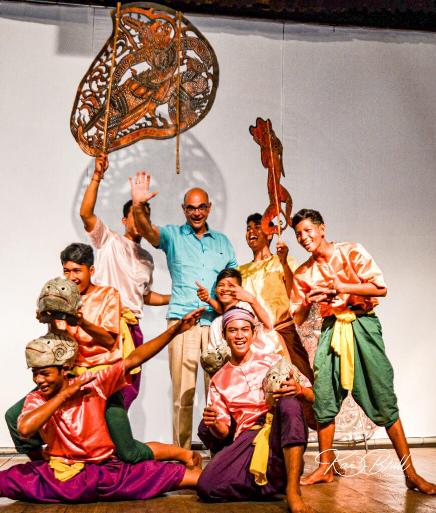 Gruppenfoto mit Maske und Schauspielern des Schattentheaters