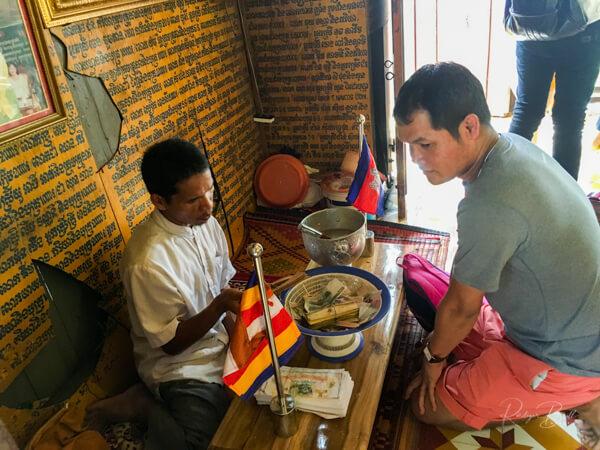 Khmer beim Wahrsager