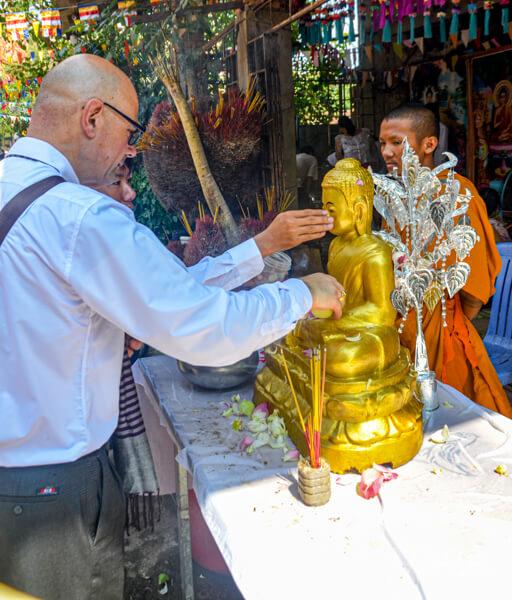 Buddhastatue wird mit Wasser übergossen