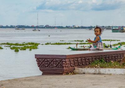Mädchen am Ufer in Phnom Penh
