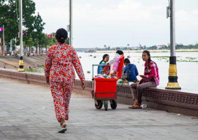 Frau im bunten Schlafanzug auf der Promenade in Phnom Penh