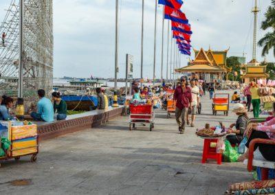 Buntes Treiben auf der Promenad in Phnom Penh