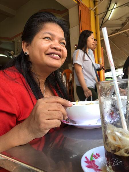 Kambodschanerin  beim Frühstücken