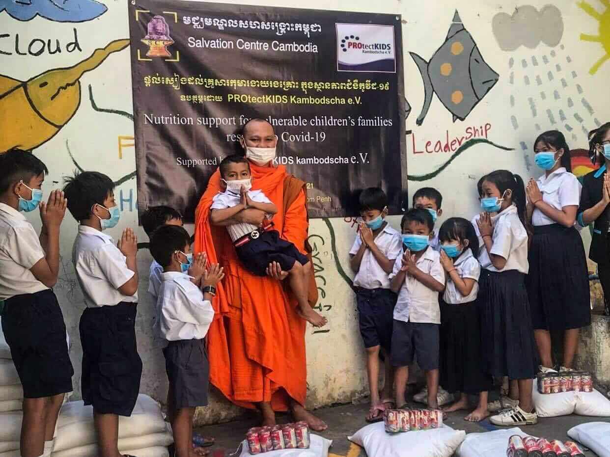 Mönch mit Kindern der Schule von SCC in Phnom Penh