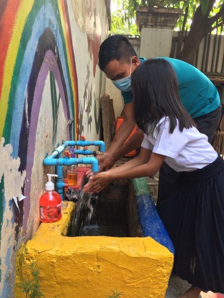 Kinder beim Händewaschen in Corona-Zeiten
