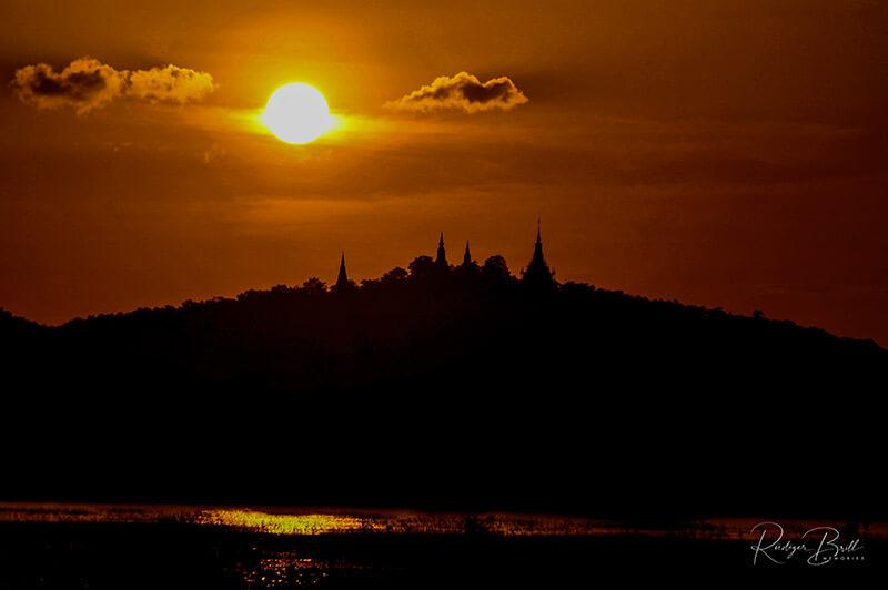 Sonnenuntergang Silhouette Udong in der Provinz Kampong Speu, Kambodscha