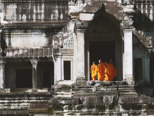 Mönche am Osteingang von Angkor Wat