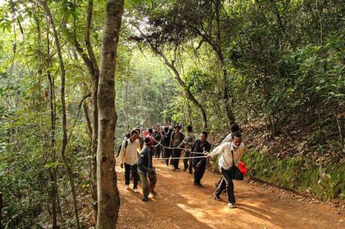 phnom-bakheng-abstieg-kambodschanische-arbeiter-froehlich