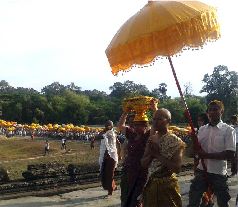 procession-during-visak-bochea-angkor-wat