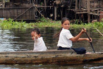 Boat children on the Tonlé Sap lake