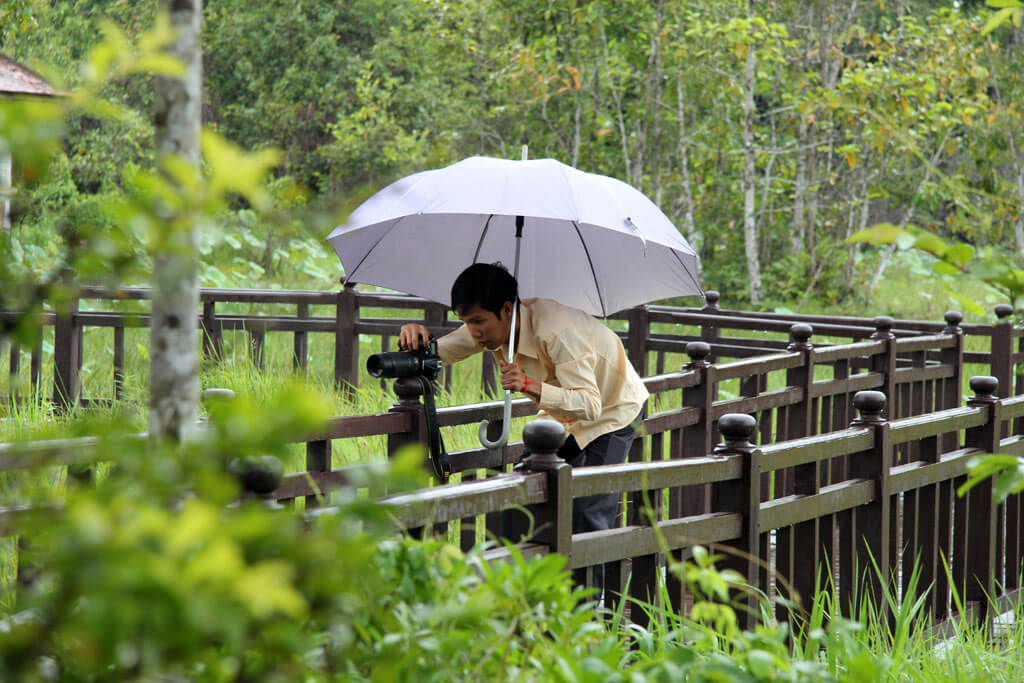 Ratanak Eath - Angkor Tourguide - takes a Lotus flower photo