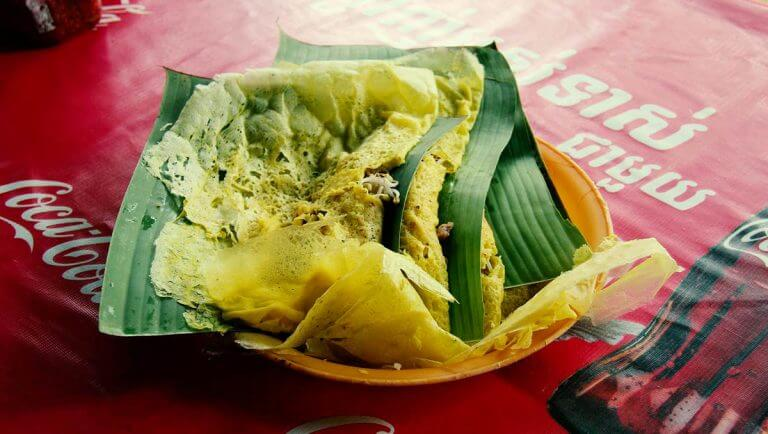 Eating Cambodian pancakes… The right way!